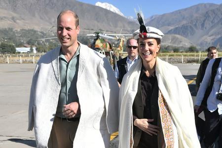 """威廉王子夫妇访问巴基斯坦 凯特""""复制""""戴妃造型"""