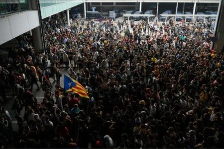 巴塞罗那机场爆发抗议活动:人群阻塞机场