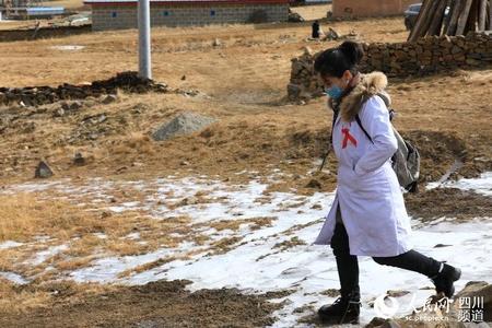 四川理塘:乡村医生牧区防艾宣传忙