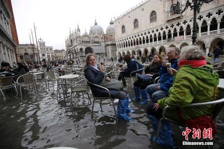 """威尼斯市区被淹 游客""""泡水""""吃冰淇淋"""