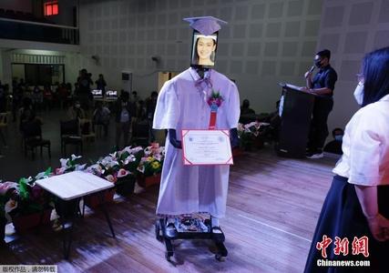 菲律宾一学校学生隔空参加毕业典礼