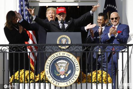 特朗普与运动员上演白宫版《泰坦尼克号》