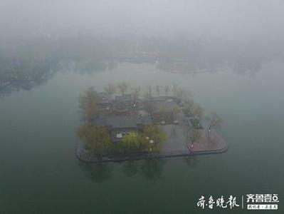 济南大明湖的最美春雨景色