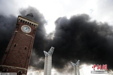 法国化工厂发生大火 黑烟弥漫