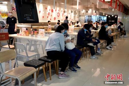 """广州餐饮店逐步恢复堂食 民众前来""""解馋"""""""