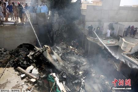 直击巴基斯坦坠机救援现场 遍地残骸机上无人生还