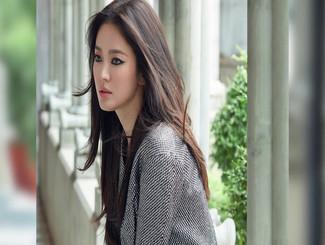 宋慧乔离婚后新写真公开 烟熏妆造型又酷又飒