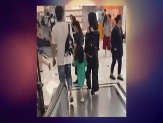 张丹峰洪欣带女儿逛街被偶遇 一家三口牵手超温馨