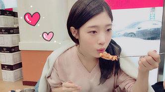 I.O.I女神郑采妍沦陷在海鲜大餐