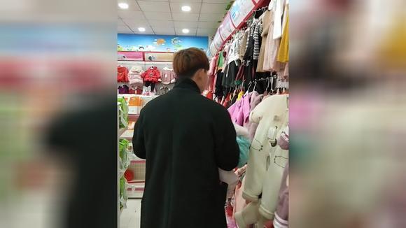 给孩子买衣服的老公 对孩子太负责了