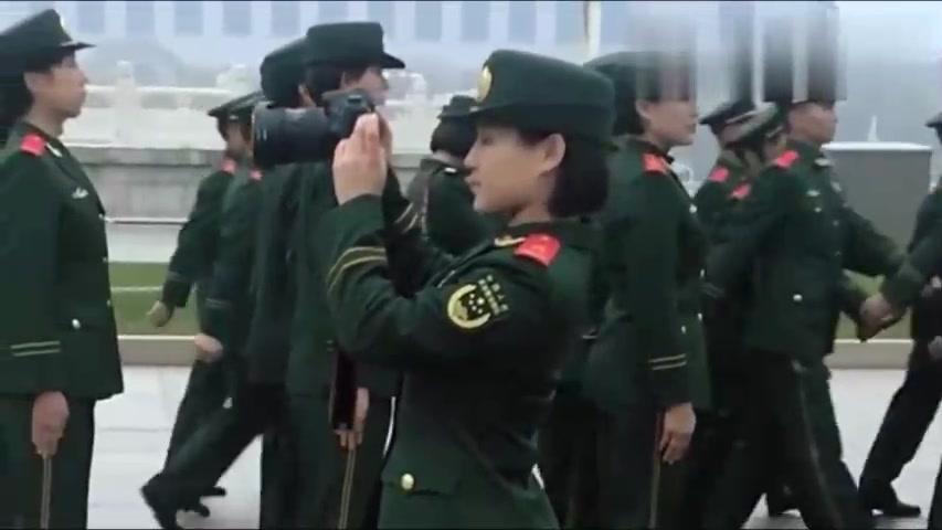 说实话,这个拿相机的女兵,真的很漂亮很美!