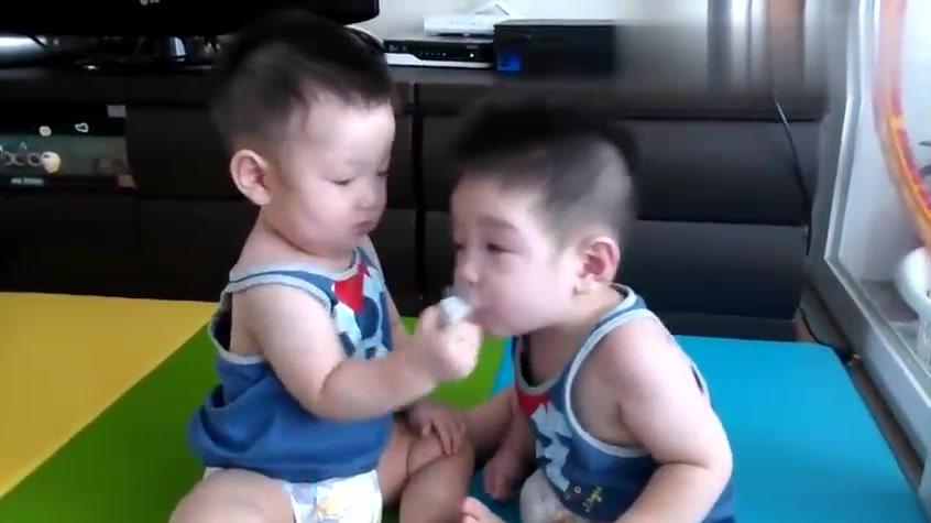 弟弟哭了,还是把奶嘴给弟弟先吸着,哥哥真棒