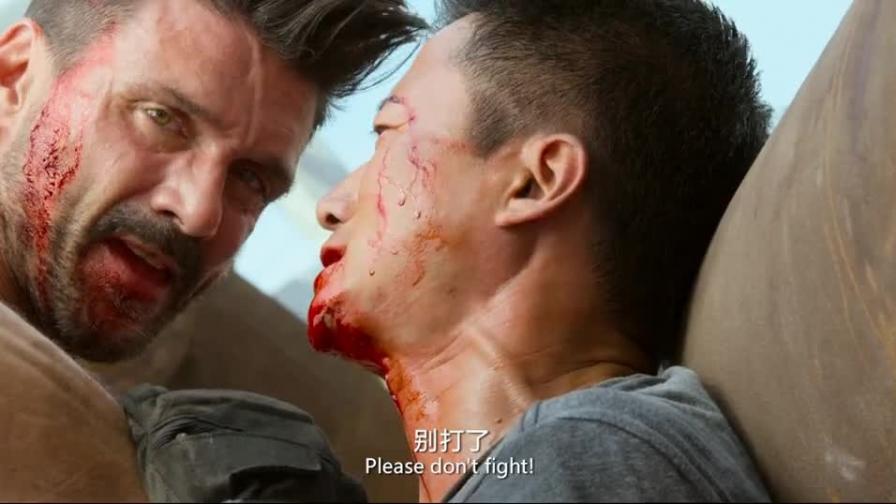 战狼2:吴京被刺身受重伤,看到被关押的人民后,崛起反杀!