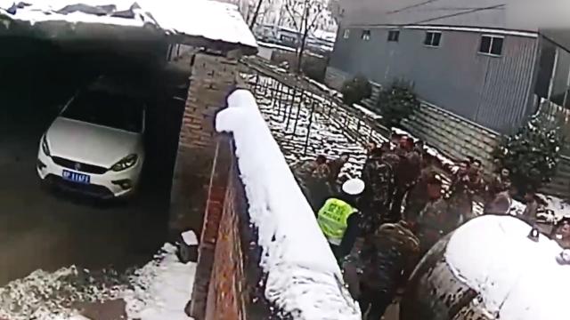 段子成真!酒驾司机躲避检查翻墙逃跑 一头跳进武警大院