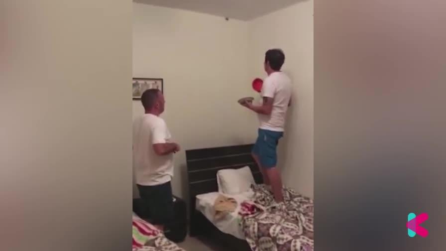 怂到不行!两男子房间内爆笑抓蜘蛛