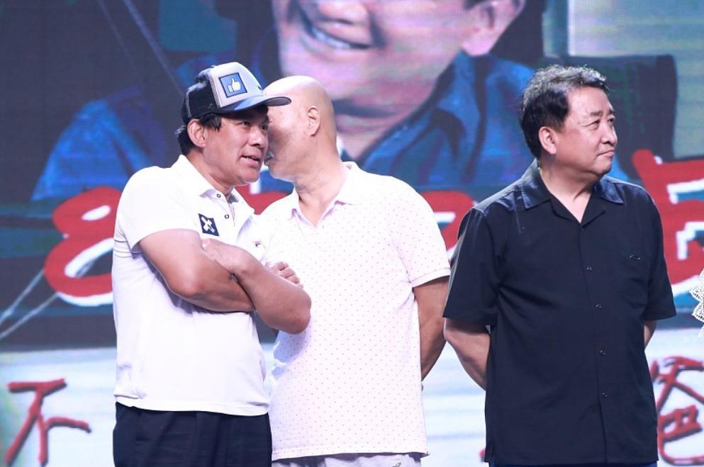 朱时茂陈佩斯等大咖为新电影捧场同台咬耳朵 姜昆在旁露招牌笑容