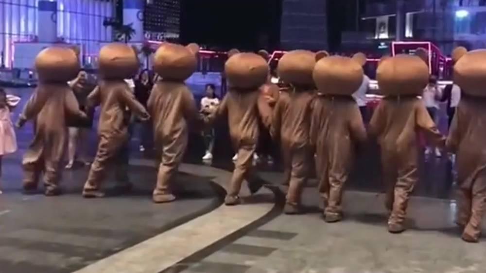 街上忽然出现一批网红熊,太会玩