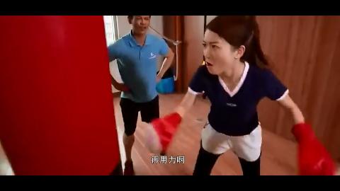 教练看见美女练拳击没有力气就这样说没美女没谁了