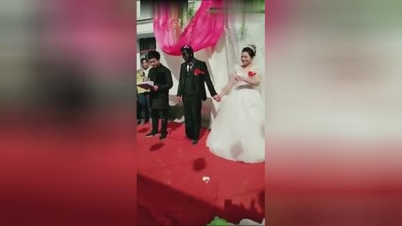 新郎的脸被整成黑炭,新娘在婚礼上乐开了花!