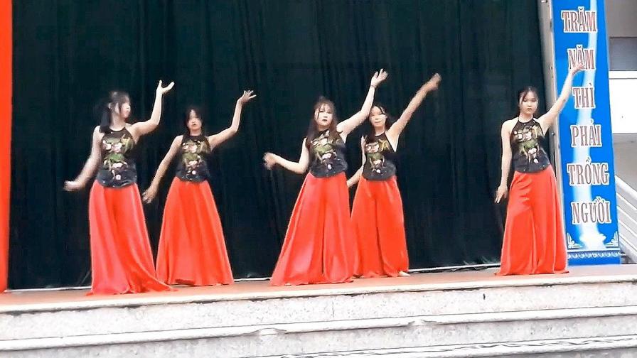 越南人终于对《丽人行》下手了,街头肚兜美女魔性群舞,太刺激!