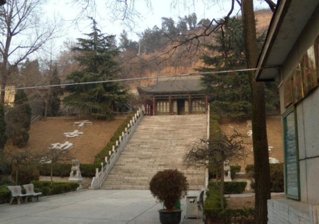 1314my魔域私服发布网西安杨虎城墓地,碑亭前的八个字非常醒目,小萝卜头的墓地也在其中