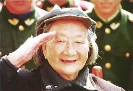 目前最火天龙八部私服女团长和丈夫失散40多年,76岁才被确认身份,再见丈夫已是副国级