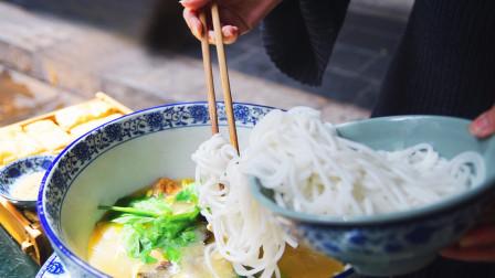 碗吃云南的过桥米线 再喝上一碗鸡肉浓汤 真是美味