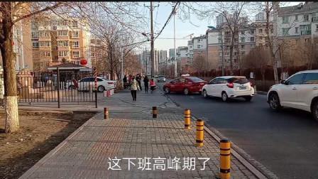 乌鲁木齐小区出入证暂停使用,来看看小区居民怎么进小区的?