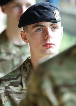 少年士兵16岁的新兵剧照